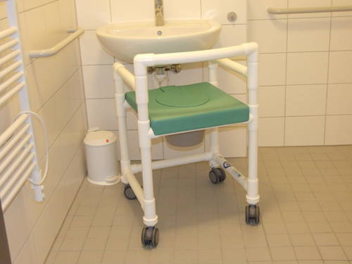 xxl bilder rollbare duschst hle f r die pflege. Black Bedroom Furniture Sets. Home Design Ideas